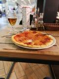 Pizza, piwo, loft, bar, menu, sól, Czarny pieprz zdjęcie stock