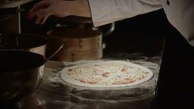 Pizza plaçant des ingrédients banque de vidéos