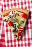 Pizza plasterek na tablecloth zdjęcia stock