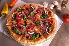 Pizza plasterka dźwignięcie zdjęcia stock