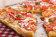 Pizza plasterki słuzyć w retro stylu Obraz Royalty Free