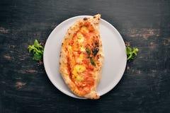 Pizza Plato tradicional italiano En un fondo de madera imagenes de archivo