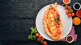 Pizza Plato tradicional italiano En un fondo de madera imagen de archivo