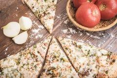 Pizza, pomodori e cipolle immagine stock