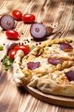 Pizza preparada com queijo smelted Foco seletivo Fotos de Stock