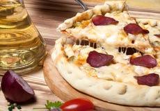Pizza preparada con queso fundido Foco selectivo Foto de archivo