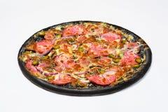 Pizza preta com salsicha, servelat e pepino, salmouras no molho branco com mozzarella e cogumelos imagens de stock