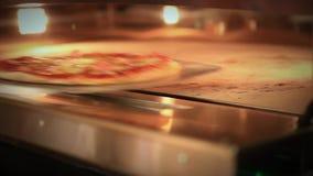 Pizza pronta che ottiene dal forno e dal forno vicino HD stock footage
