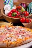 Pizza Prosciuto e Funghi immagini stock