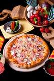 Pizza Prosciutto e Funghi Stockfotografie
