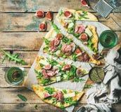 Pizza prudente casalinga del flatbread con vino rosato in vetri Immagini Stock