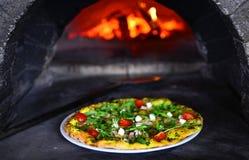 Pizza przed kamienną kuchenką z ogieniem zdjęcie stock