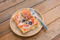 Pizza, przekąski, dodatku talerz na drewnie obraz royalty free