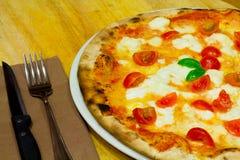 Pizza przy stołem Obraz Stock
