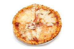 Pizza Quattro Formaggi auf dem weißen Hintergrund Stockfotografie