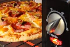 Pizza que está sendo cozinhada no forno fotos de stock