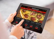 Pizza que ordena de la mujer en línea Fotografía de archivo