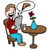 Pizza que ordena del hombre con su dispositivo de Digitaces Fotos de archivo libres de regalías