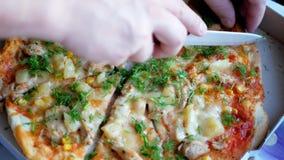 Pizza quente fresca com queijo, o abacaxi, núcleos de milho e aneto quentes vídeos de arquivo