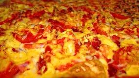 Pizza ?r en italiensk nationell matr?tt i form av en rund ?ppen kaka som t?ckas i en klassisk version med tomater och sm?ltt ost royaltyfri fotografi