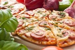 Pizza rebanada de la salchicha y de la cebolla Fotografía de archivo libre de regalías