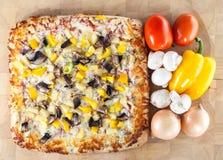 Pizza recentemente cozida com ingredientes Imagens de Stock Royalty Free