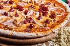 Pizza recentemente cozinhada na tabela de madeira Foto de Stock