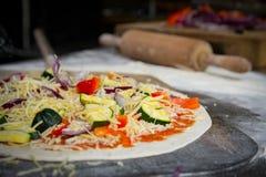 Pizza recién hecha Fotografía de archivo libre de regalías