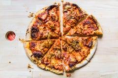 Pizza redonda deliciosa cortada en 8 rebanadas en el tablero de madera fotografía de archivo