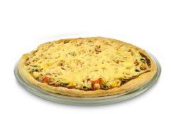 Pizza redonda na placa de vidro no fundo branco Fotos de Stock