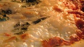 Pizza redonda que cocina cierre para arriba metrajes