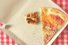 Pizza-Reste in der Pappschachtel, getontes Bild Stockfotografie