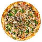 Pizza ronde avec des tomates, des champignons et le fromage sur le fond blanc Images stock