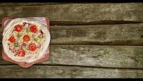 Pizza rotante su una tavola bianca archivi video