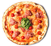 Pizza rotonda con il prosciutto, i pomodori ed i verdi Fotografie Stock Libere da Diritti