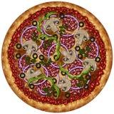 Pizza rotonda realistica con la salsiccia, le olive e le verdure Fotografia Stock