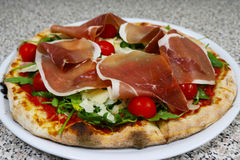 Pizza rucola, roher Schinken, Parmesankäse, Restaurantitaliener Stockfoto