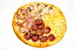 Pizza rund mit Fleisch und Ananas Stockfoto
