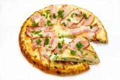Pizza rund mit Fleisch und Grüns Stockfotos