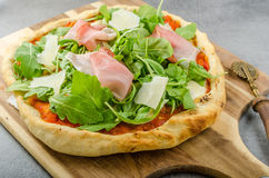 Pizza rustique de jambon de Parme Photo stock