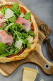 Pizza rustique de jambon de Parme Photos libres de droits