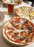 Pizza's en Bier Stock Afbeeldingen