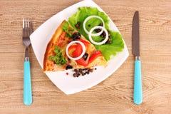 Pizza saboroso com azeitonas e cutelaria em um de madeira Foto de Stock Royalty Free