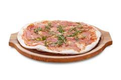 Pizza saboroso com os vegetais, a galinha e as azeitonas isolados no branco foto de stock royalty free