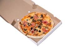 Pizza saboroso com presunto e azeitonas na caixa Imagens de Stock