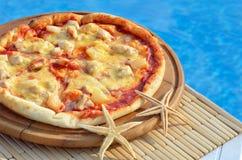 Pizza saboroso decorada com estrelas do mar Imagem de Stock