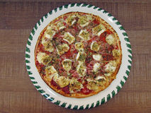 Pizza saboroso fresca na placa decorada Imagem de Stock