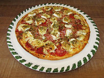 Pizza saboroso fresca na placa decorada Foto de Stock