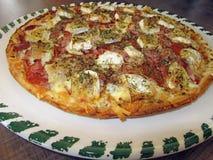 Pizza saboroso fresca na placa decorada Imagem de Stock Royalty Free