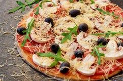 Pizza saboroso no fim preto do fundo decorada acima com cogumelos brancos Pizza do vegetariano com queijo, vegetais Imagens de Stock Royalty Free